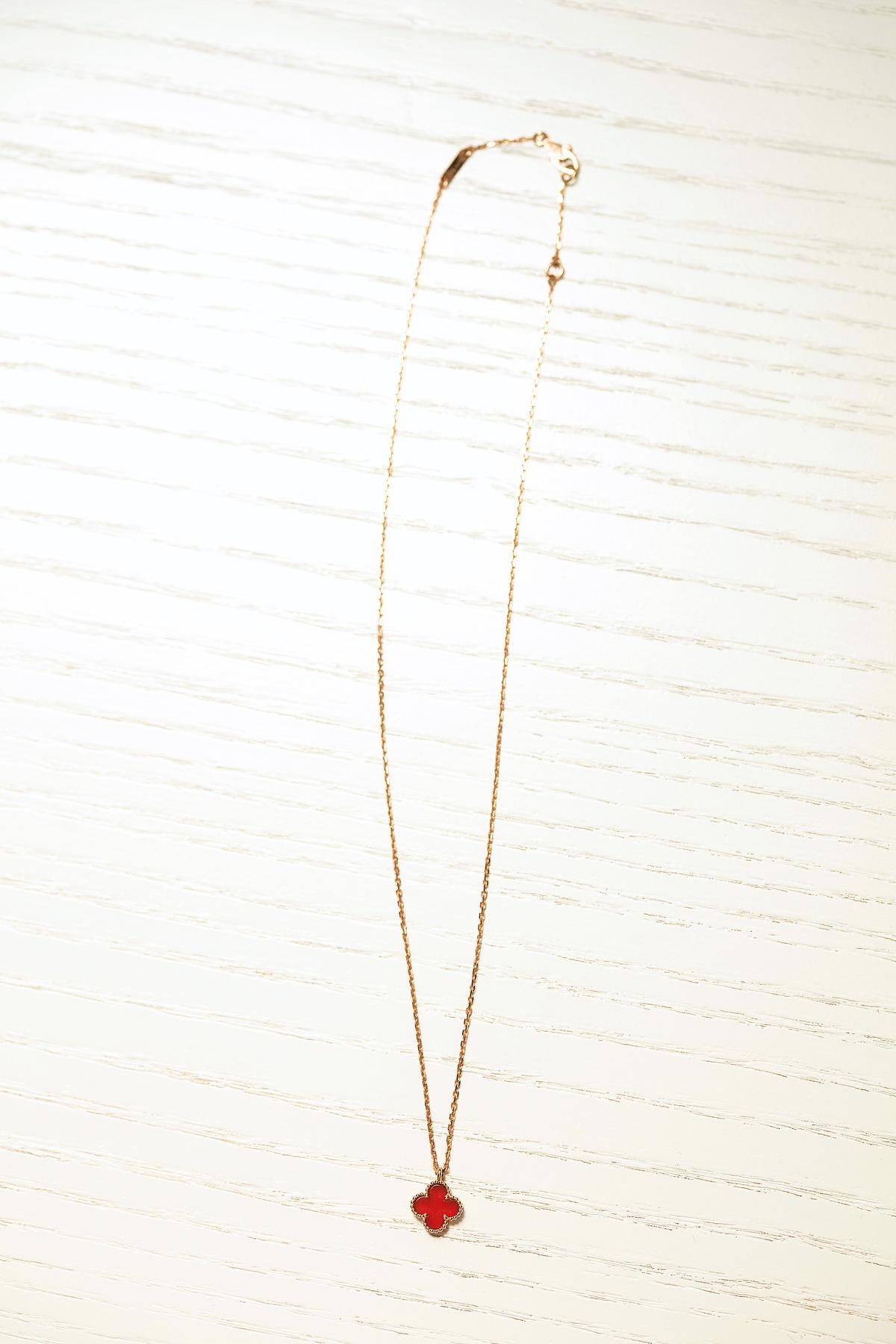 項鍊,Van Cleef & Arpels紅玉髓幸運草項鍊。約NT$45,000