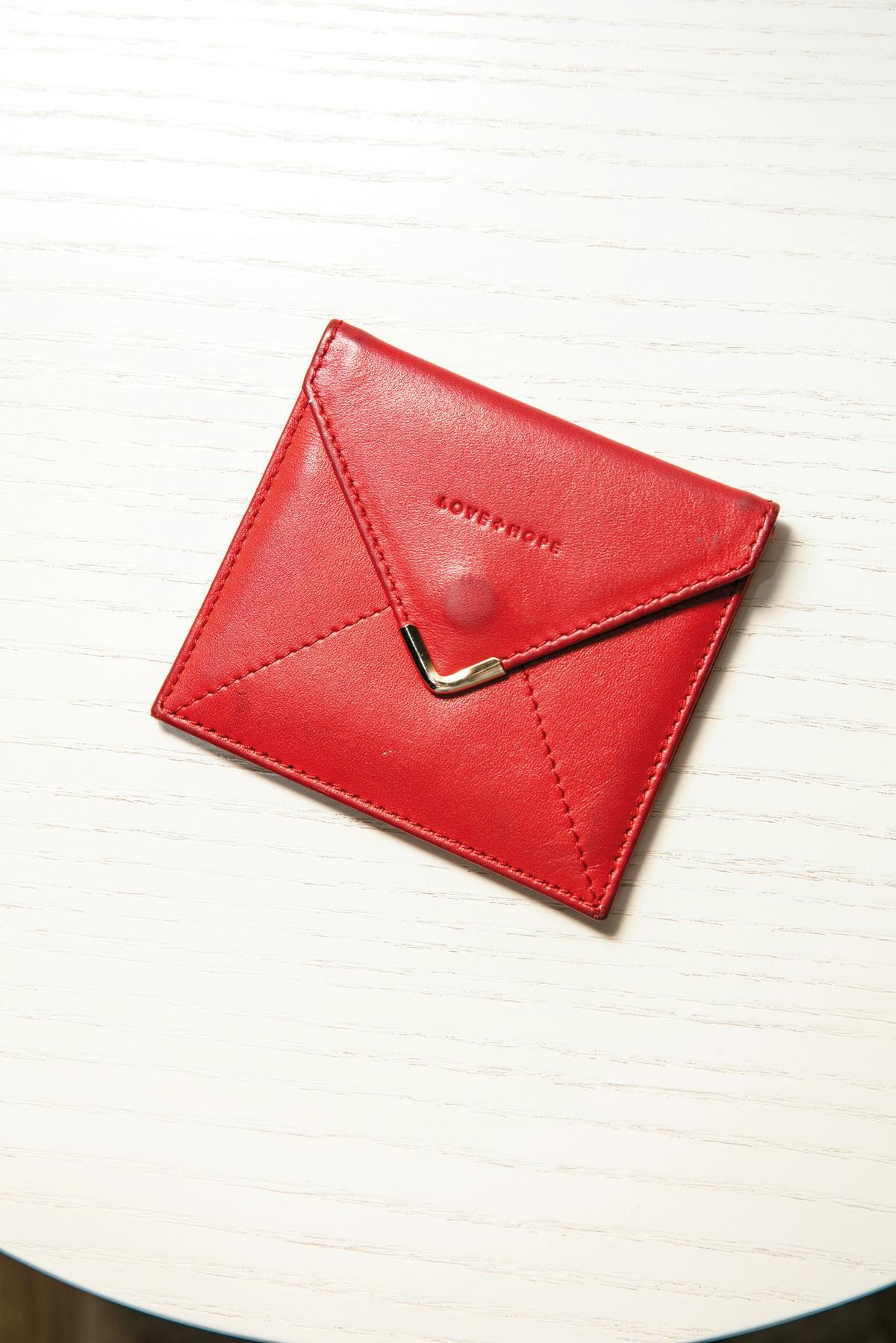 男友在機場買的紅色卡夾,印有「LOVE HOPE」。