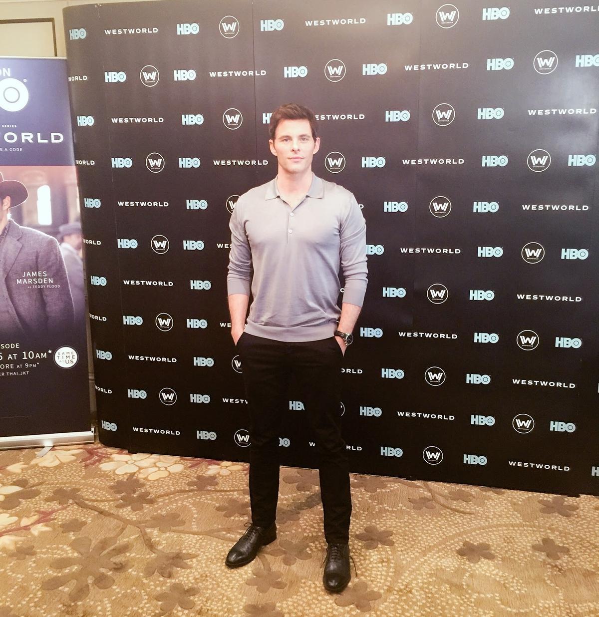 在新加坡接受鏡傳媒專訪的詹姆斯,雖然包緊緊,但還是看得出來身材超好!