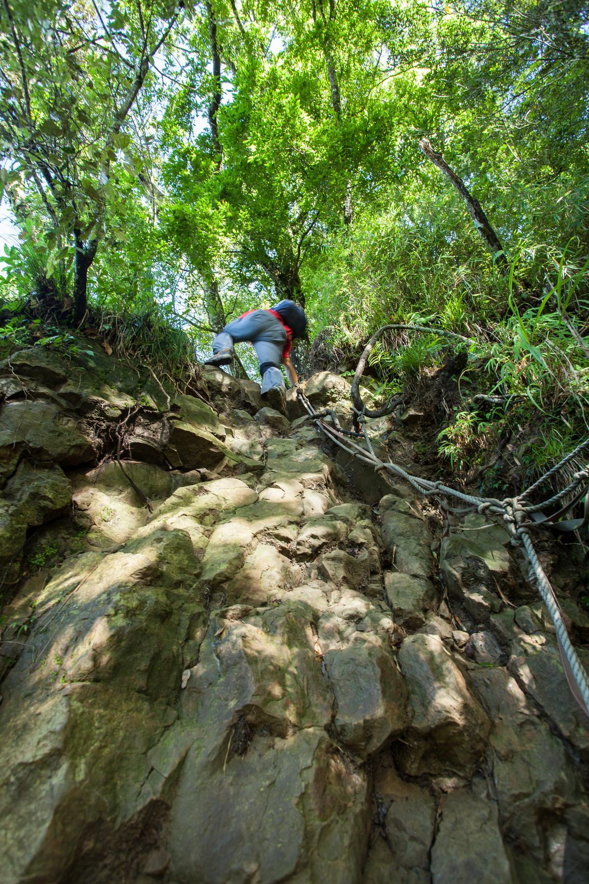 拉繩攀岩,是少不了的路程。