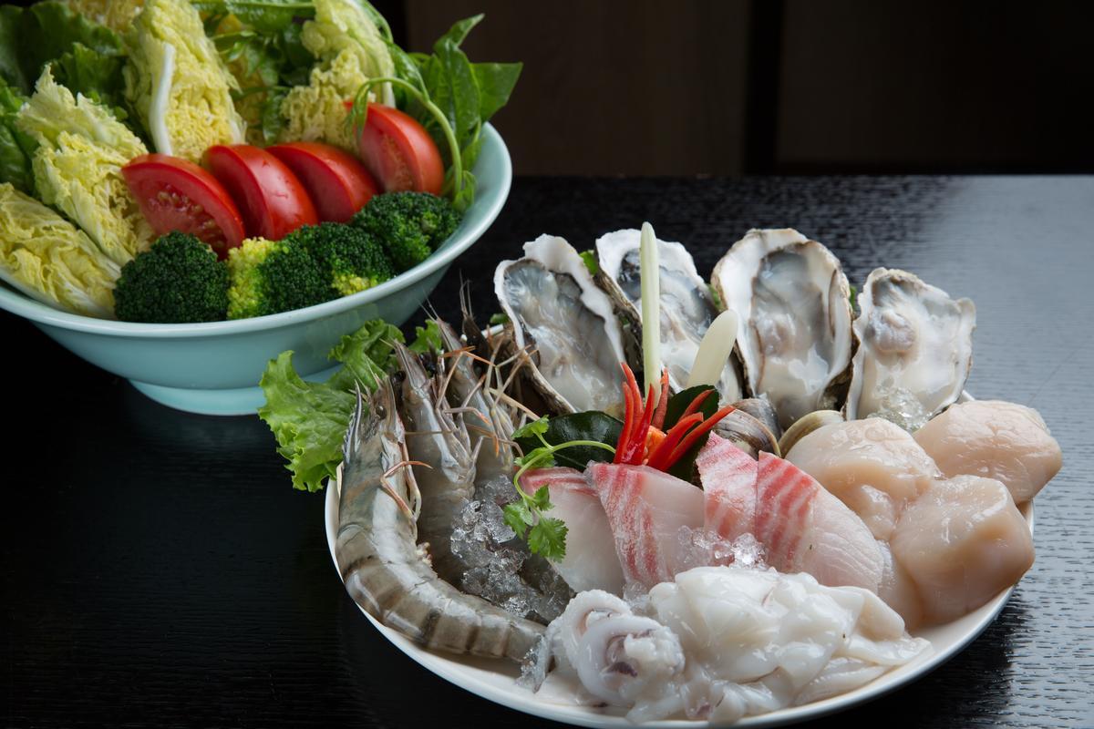 澎湖綜合海鮮盤為主菜盤的選擇之一,蔬菜盤種類也很多樣。