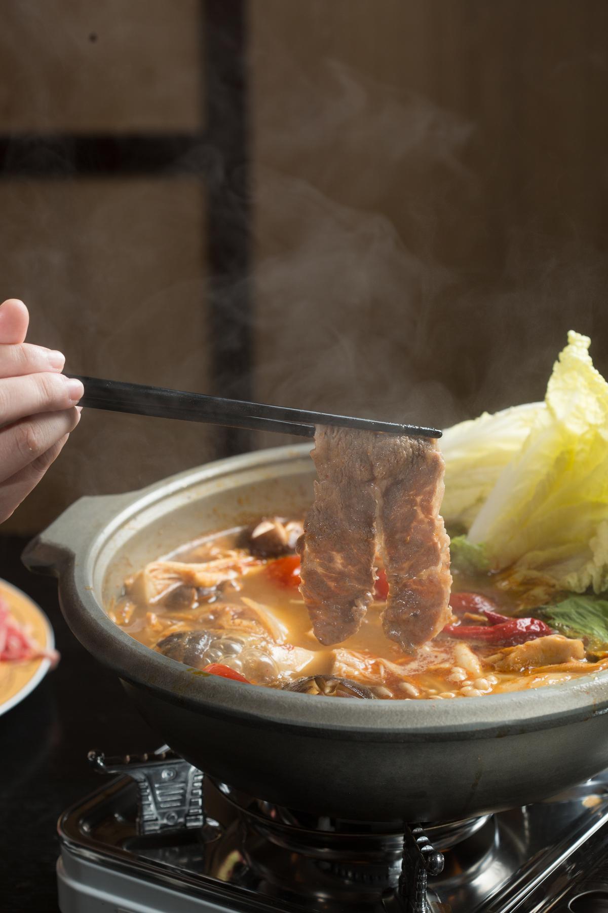涮過香辣湯汁的霜降無骨牛肉,誘人胃口大開。