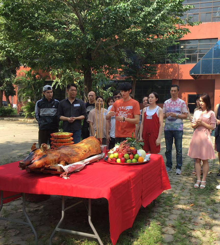 曹佑寧出席開鏡儀式,拿香祈福拍攝順利。