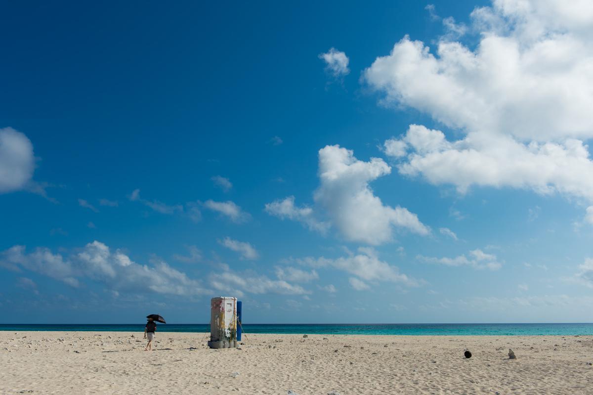 矗立在終端之濱長長沙灘上高處的這間廁所,不需要時它很礙眼,一旦需要,它會是你生命中的救贖!
