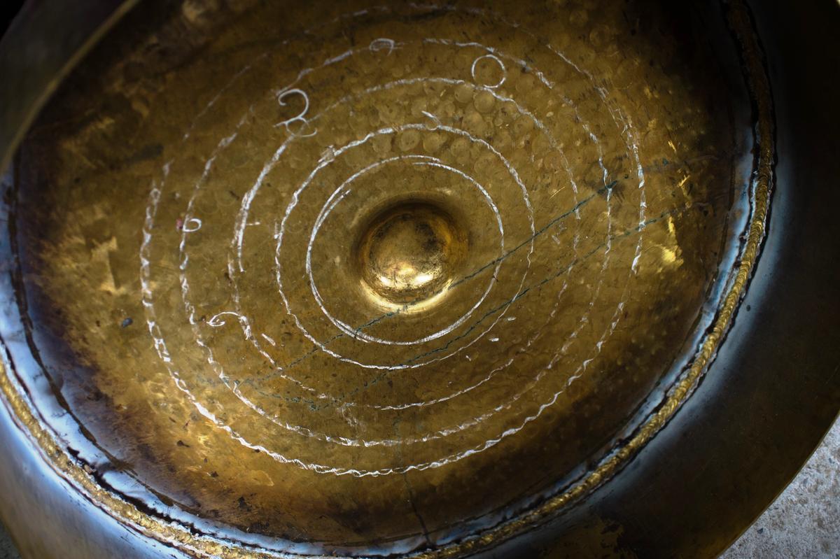 鑼上做了記號,靠著敲打整形可以調音,這是林師傅獨到的技術,朱宗慶打擊樂團就有一組32音階的銅鑼。
