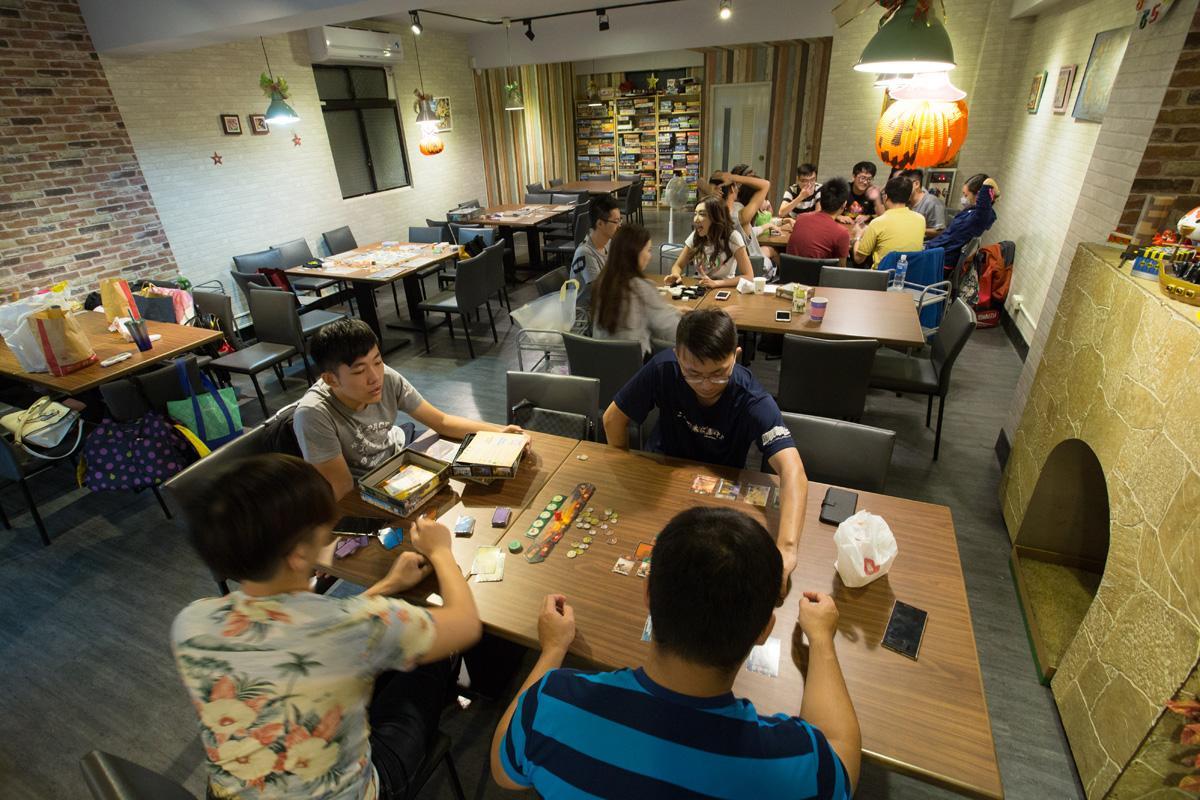 「秘密基地」位於松江路巷弄內。李宓只要有空,都會待在店裡與朋友、客人一起玩桌遊