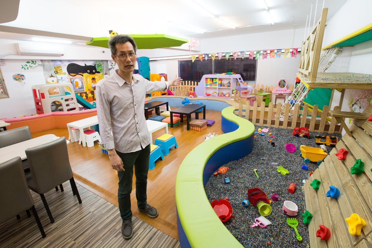 南和店二樓設有玩沙池、溜滑梯、積木這些小孩喜歡的玩具;大朋友玩桌遊,小朋友也不會無聊