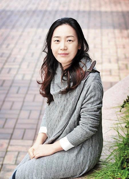 作家尹梨修因難忍產後憂鬱症的孤獨感而寫作,意外讓《雲畫的月光》大大走紅。(翻攝自網路)