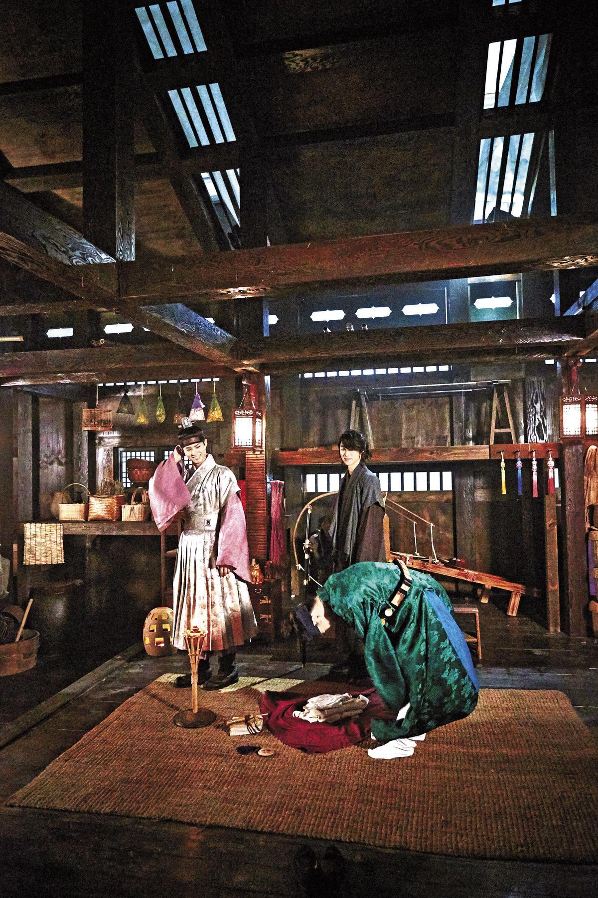 重要場景資泫堂的大空間,是女主角樂溫與侍衛兵沿居住處。(時報文化提供)