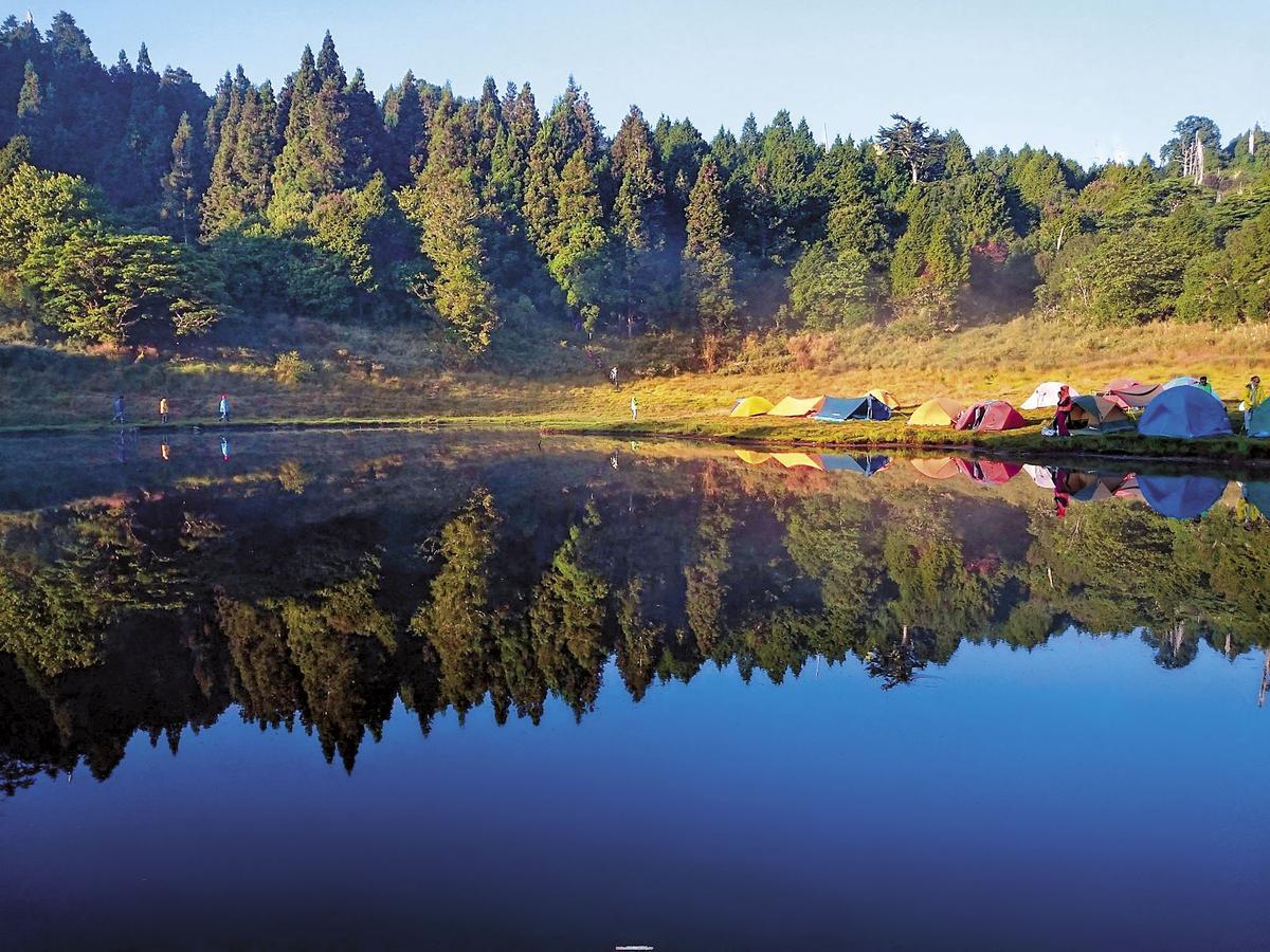 山林秘境官網上的加羅湖畔美得像畫,也讓文大推廣部職員決定挑戰登山,希望能一窺祕境之美,沒想到卻是一場驚魂旅行。(翻攝山林秘境官網)