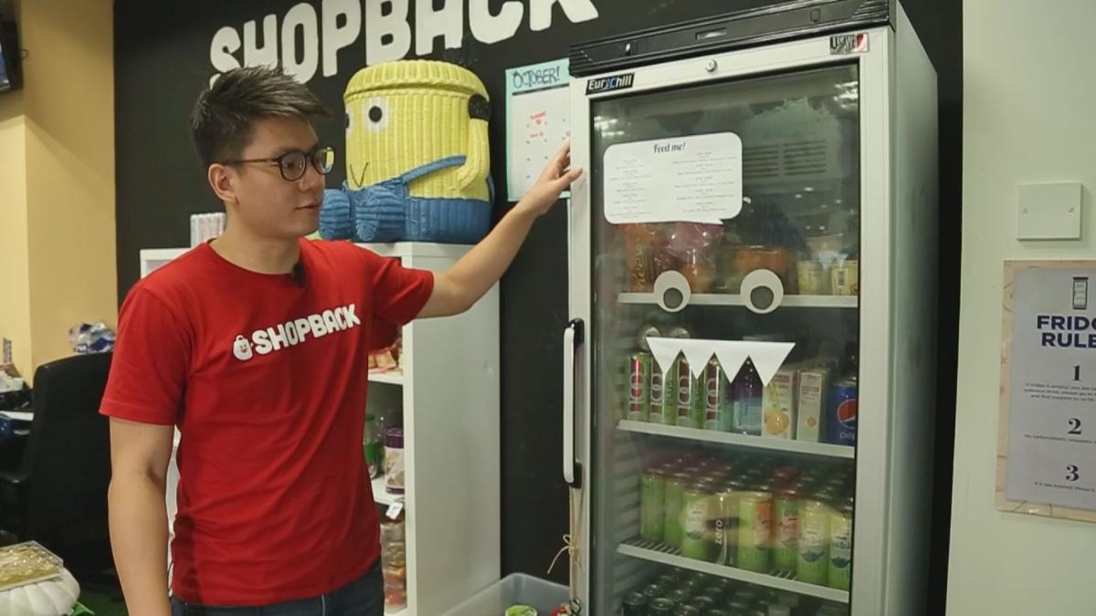 為了提升工作效率,梁永祥把新加坡總部打造成家的樣子,一個月投入2萬元,飲料、啤酒、泡麵無限暢飲、暢食。