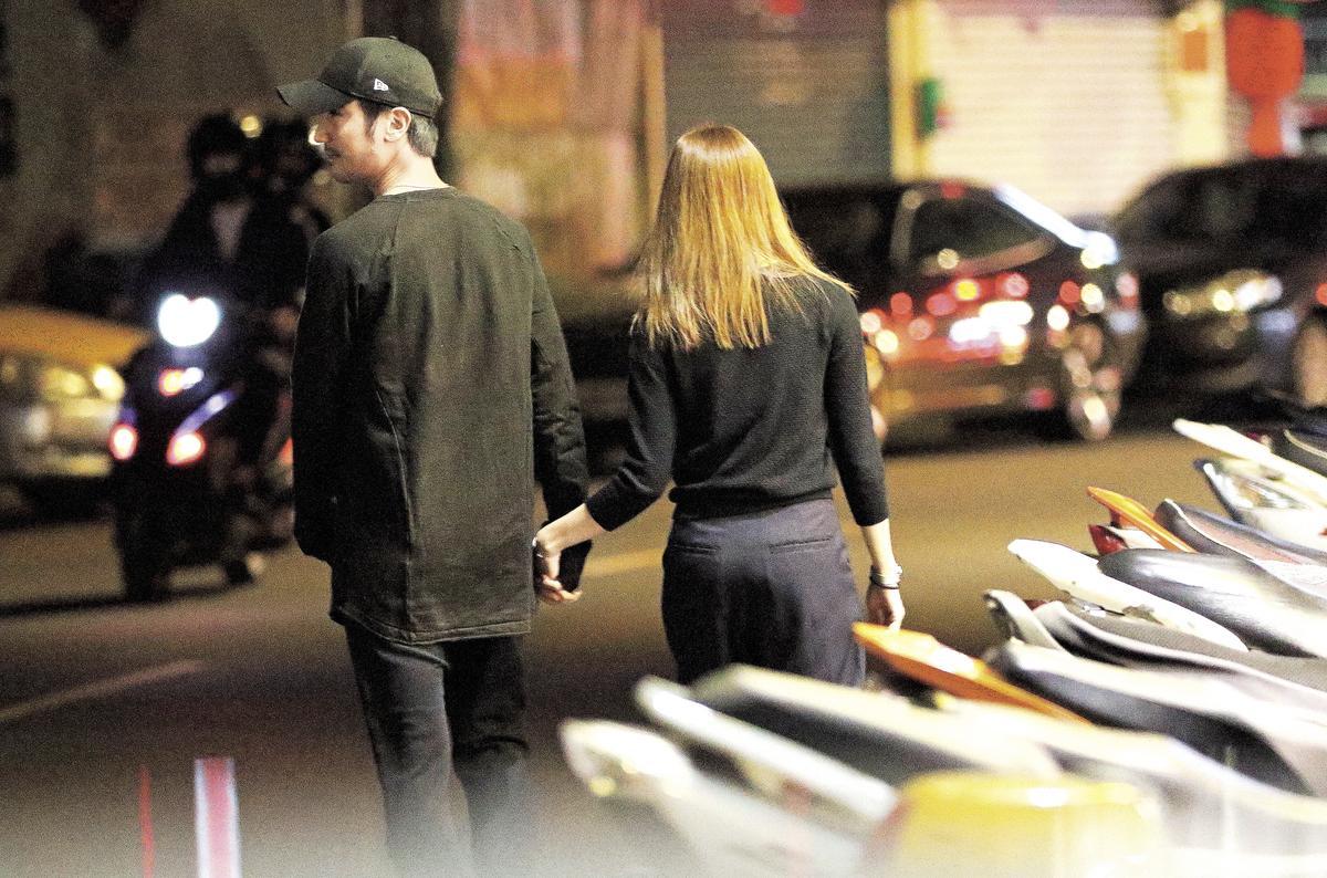 (12/11)22:54 兩人在前往夜市路上親密十指交扣手牽手。