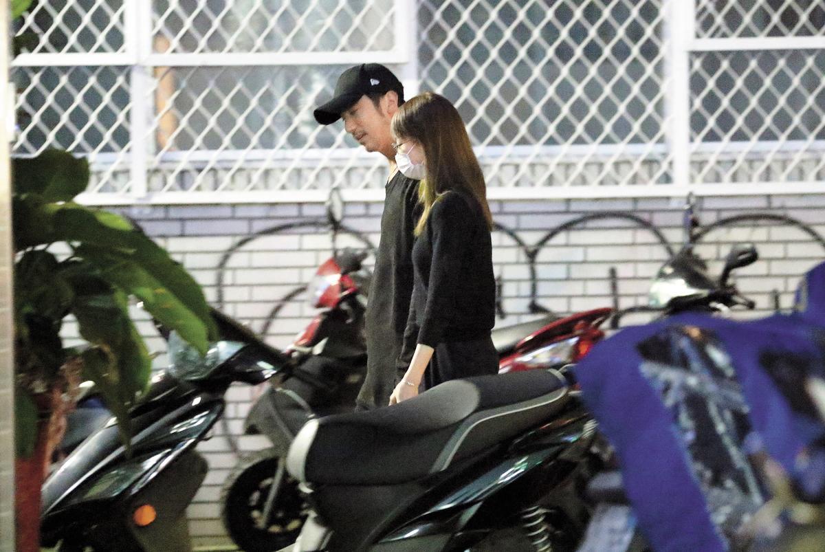 (12/11)23:15 採買半小時後,簡嫚書和男友再度一同返回家中。