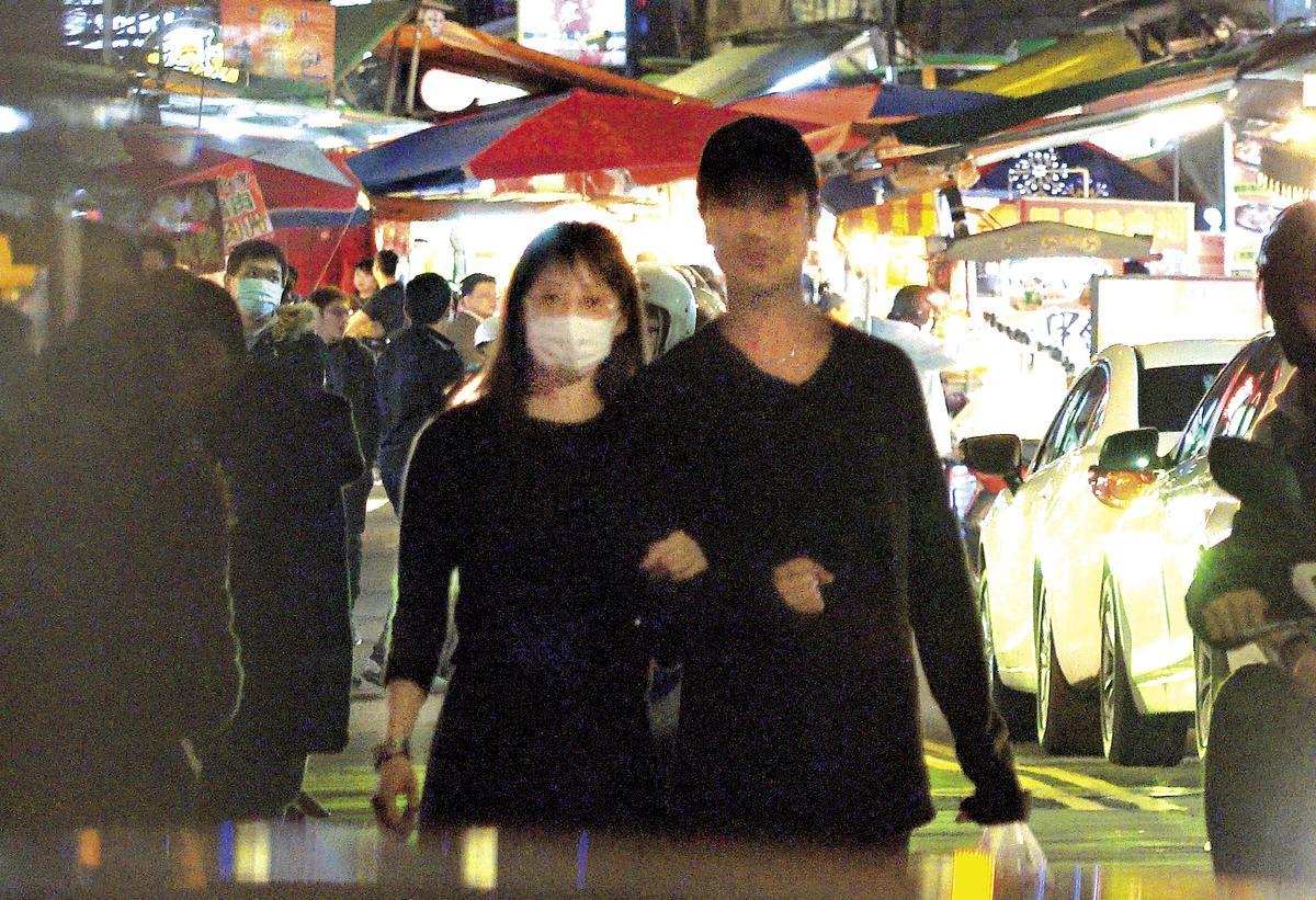 (12/11)23:14 簡嫚書和男友在夜市開心地買了好幾袋食物。