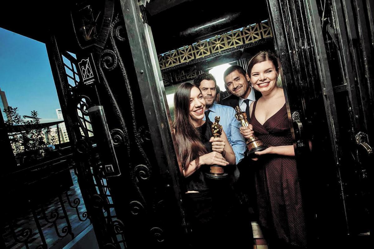 《熊的故事》獲得奧斯卡最佳動畫短片,四位創辦人開心領獎。由左至右:藝術總監Mari Soto-Aguilar、製作人Pato Escala、導演奧索里歐、動畫總監Antonia Herrera。 (翻攝自奧索里歐臉書)