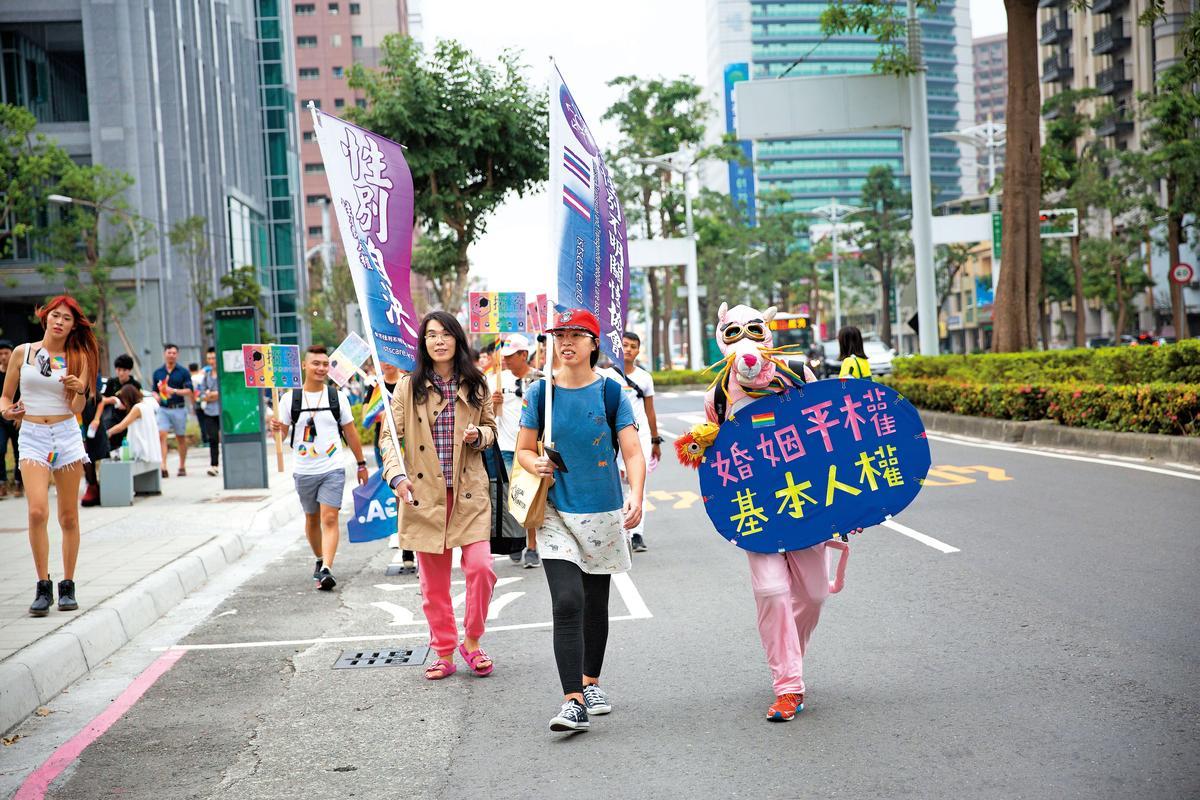 高雄同志大遊行這天,吳芷儀(右3)和吳伊婷(右2)也到場聲援。