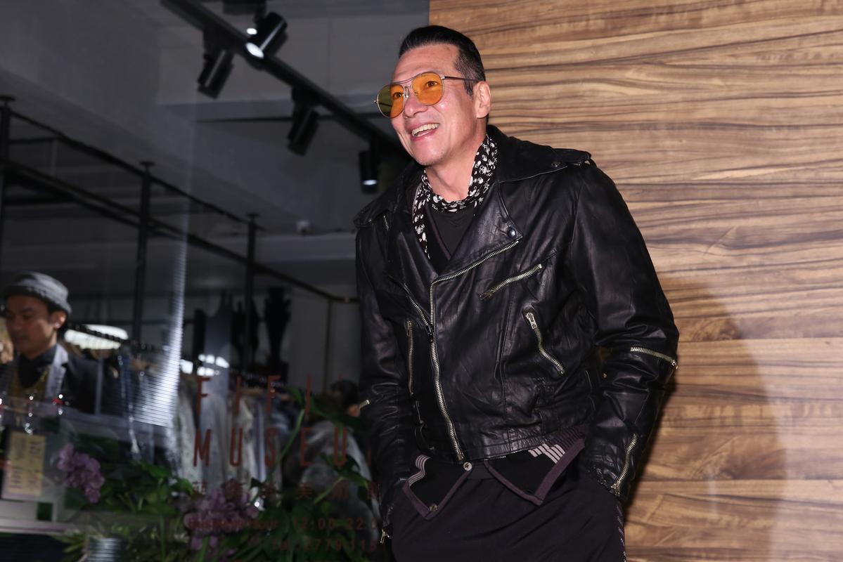 黃仲崑也以時髦裝扮出席時尚店重新開幕。