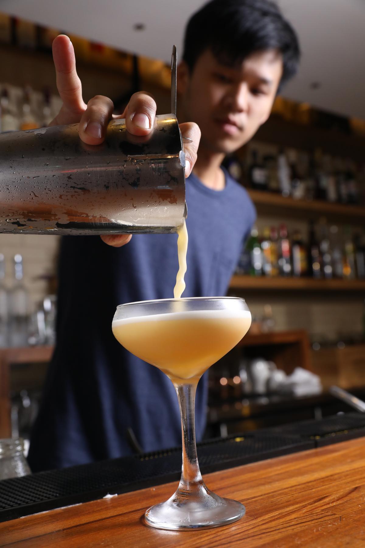 倒出調酒「Maracuya Sour」就聞到熱帶水果香氣。