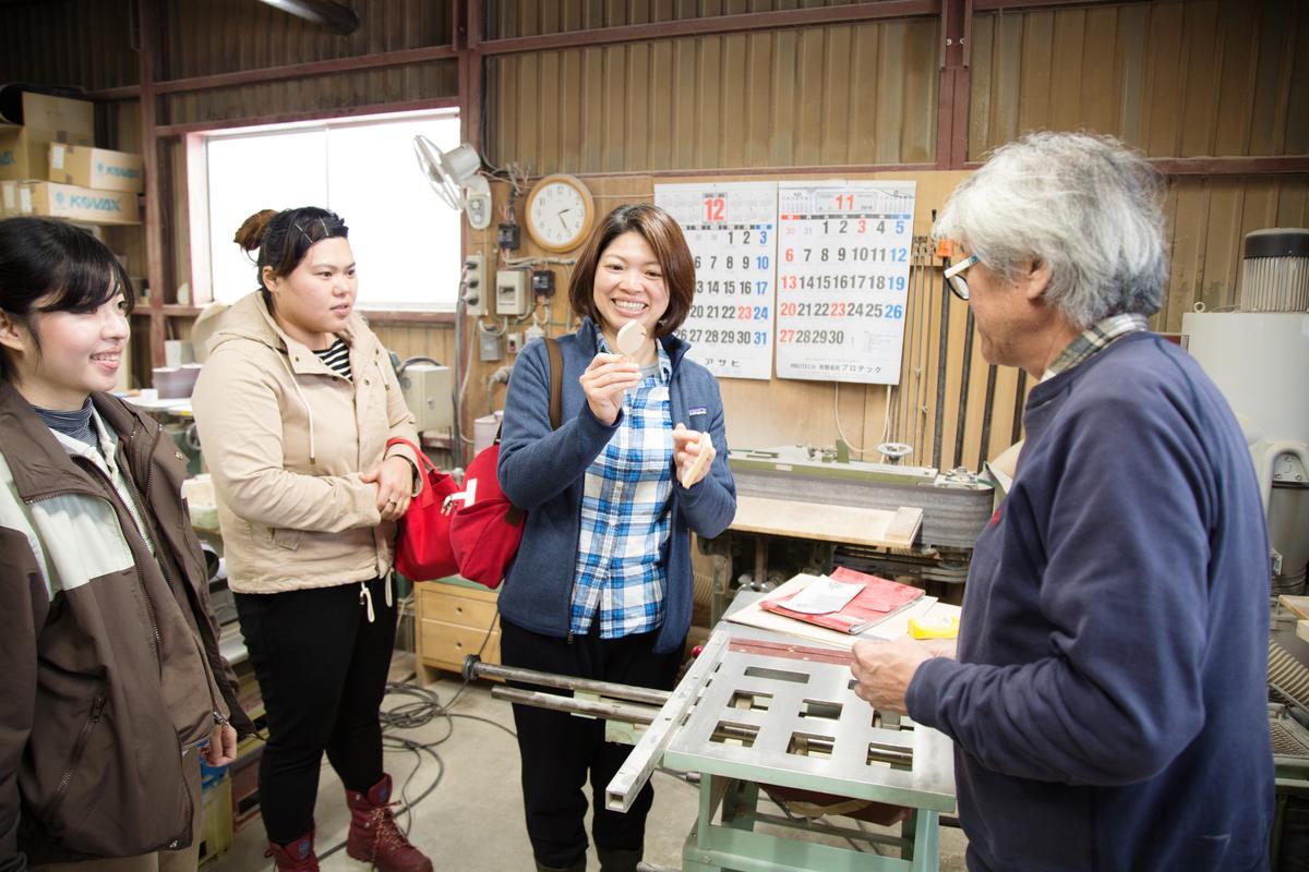 緩慢前進北海道後積極融入當地,圖為林庭妃領著管家群拜訪幫民宿房間打造木製鑰匙圈的鈴木工坊。
