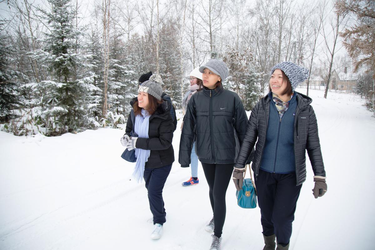 林庭妃帶著馬來西亞客人漫步在美瑛,沿途介紹北國冬天特色。