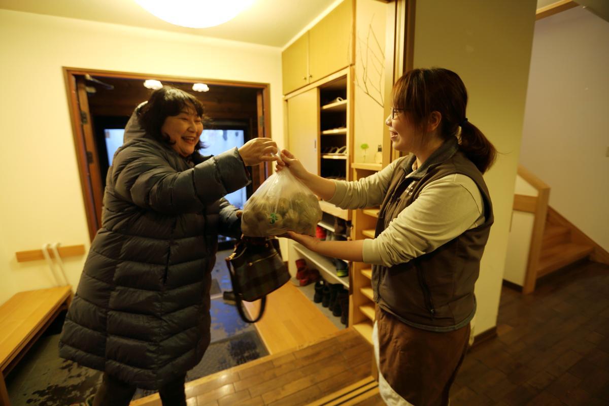 住在附近的日本太太與緩慢管家相處融洽,還冒雪前來送馬鈴薯。