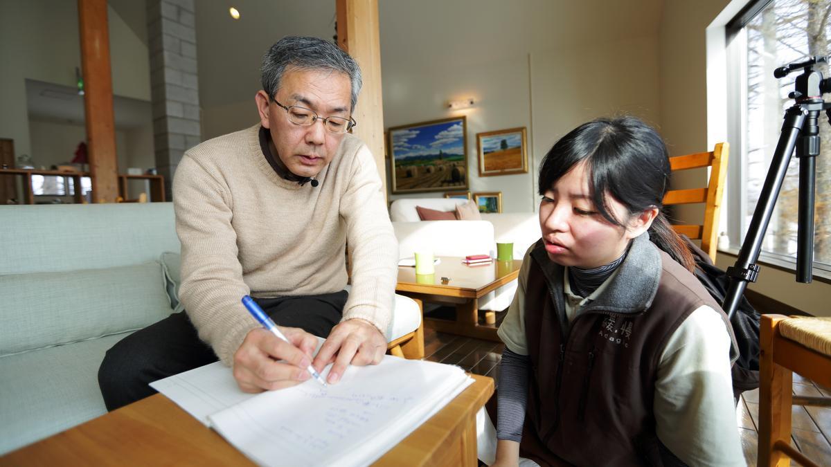 北海道大使、富田農場前總經理浦田吉被緩慢民宿視為貴人。