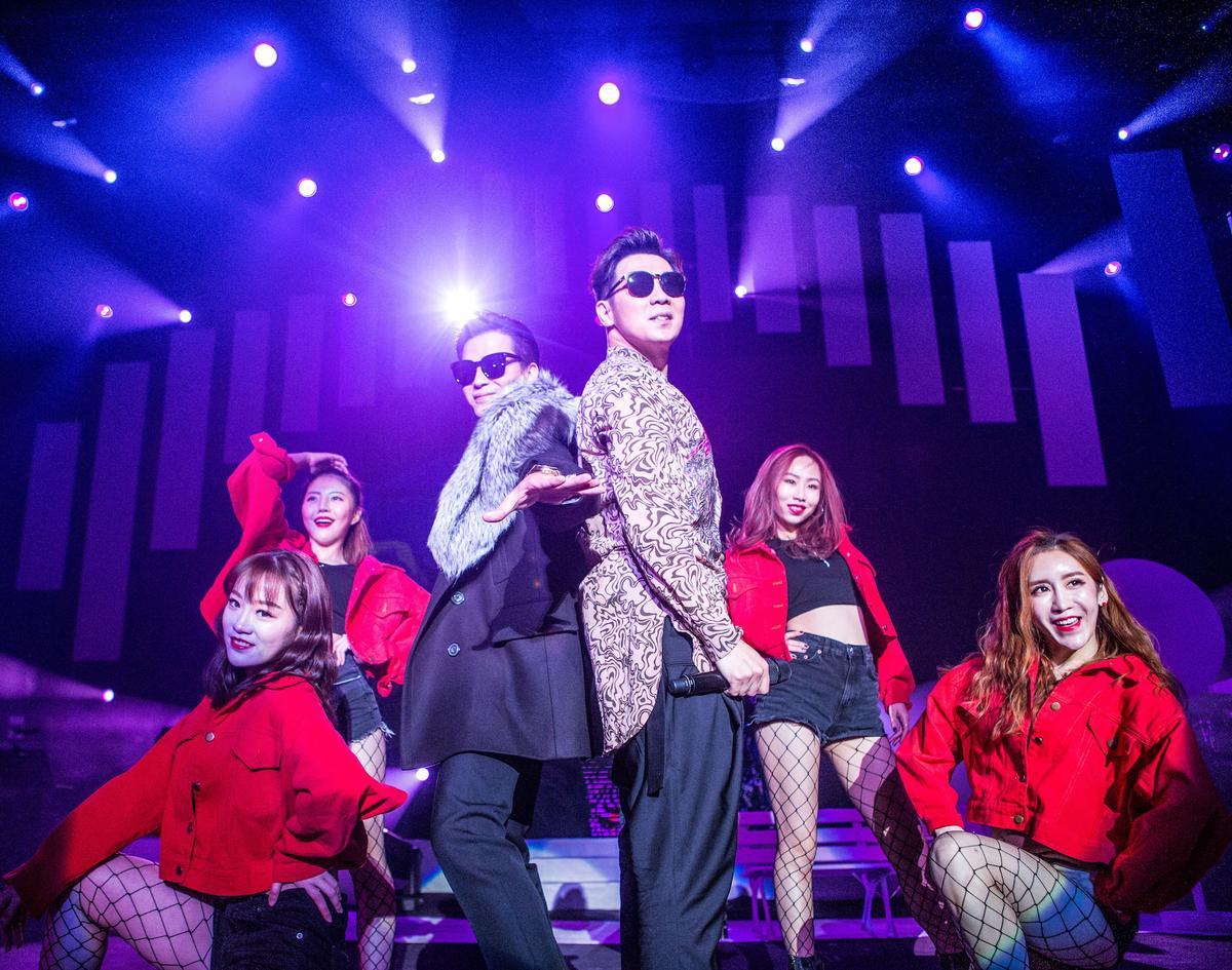 品冠與陳曉東除了勁歌熱舞,還一起演唱聖誕組曲。