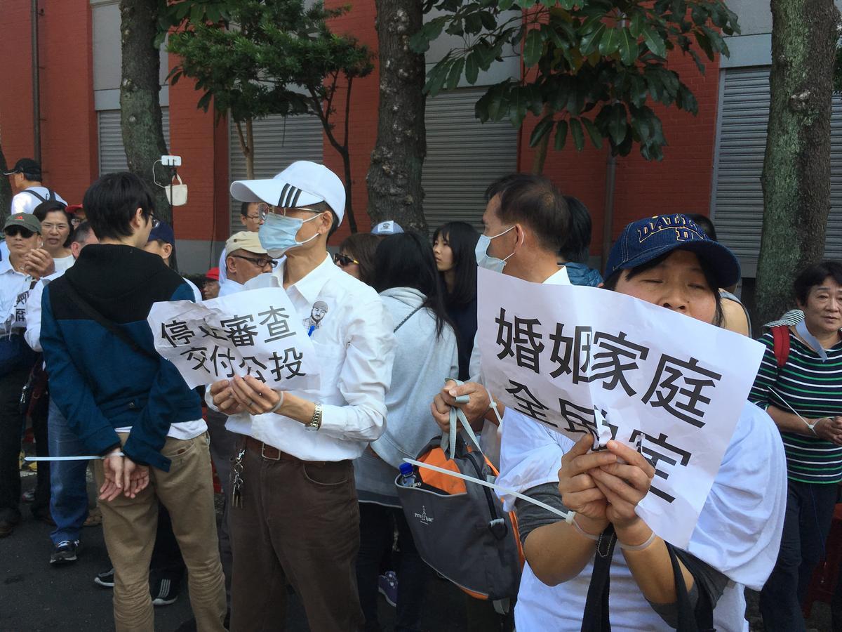 反婚姻平權的群眾聚在立院外。