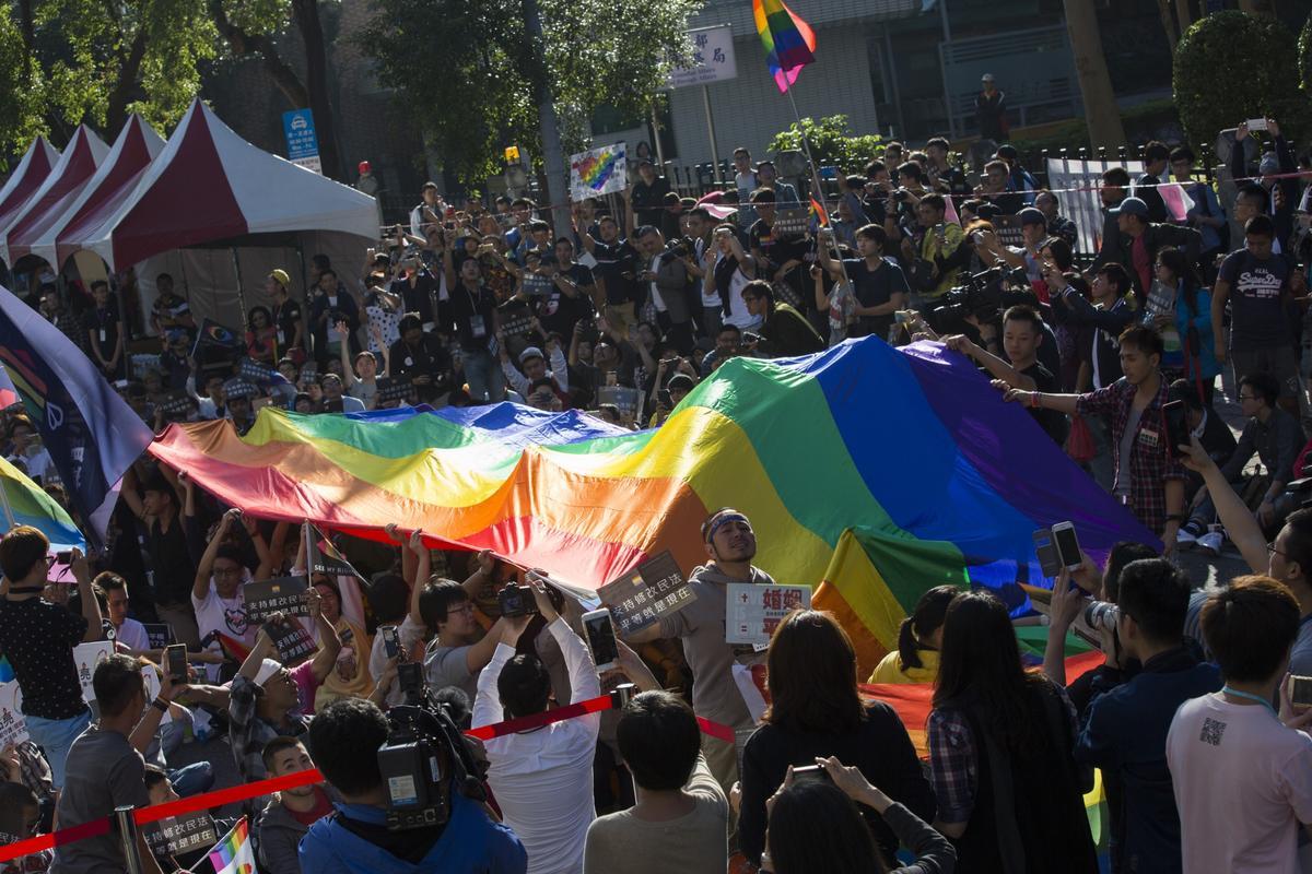 支權婚姻平權的群眾在立院外聚集。