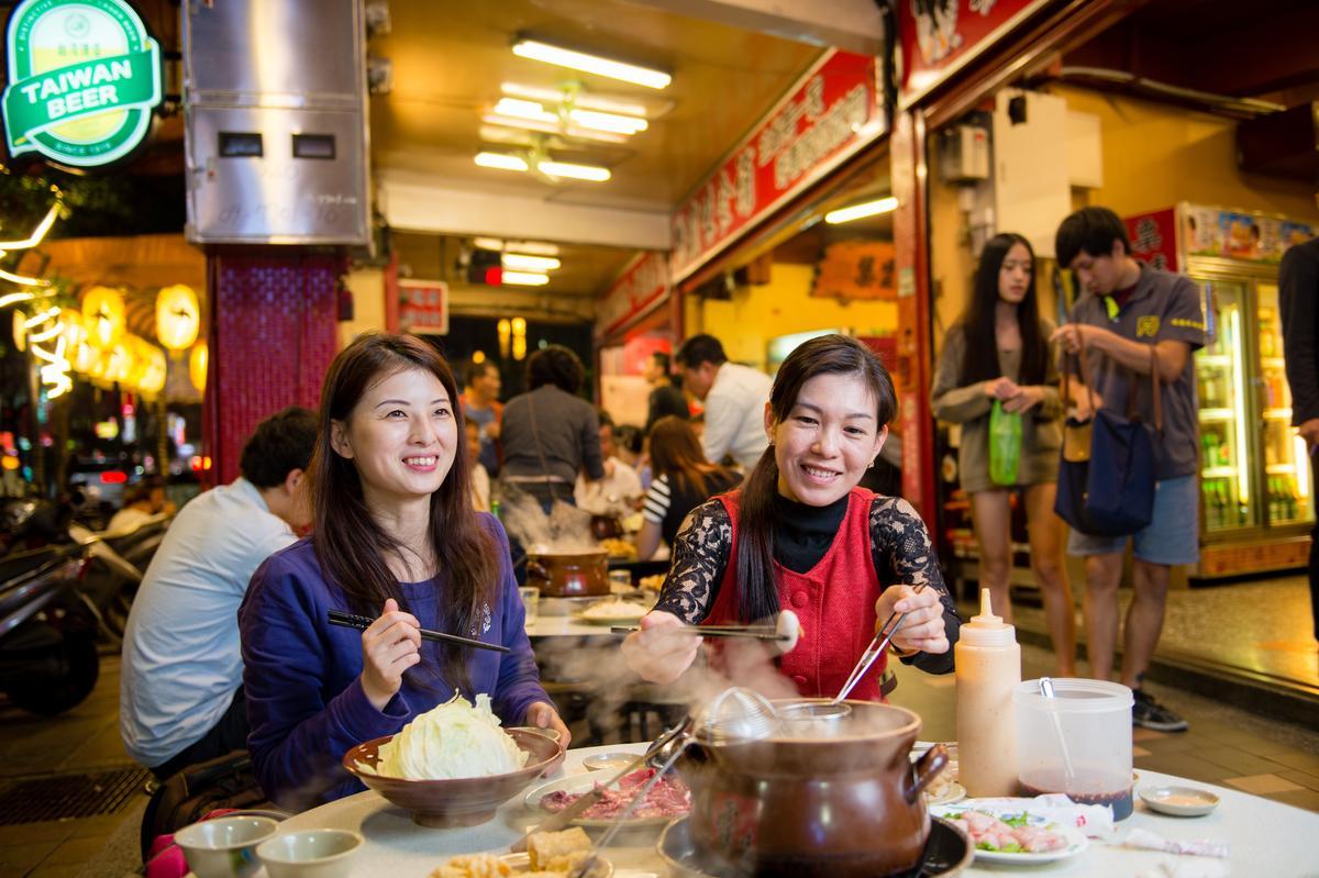 上班族客人蔡雅雯(右)是「三重霸味薑母鴨」的鐵粉客人,經常約家人、朋友在這裡慶生聚會。