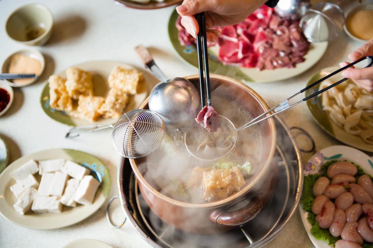 以炭火熬煮的「薑母鴨」熱騰噴香,涮入鴨肉臓吃來鮮美嫰肥,而且麻油湯頭不臊,香濃暖身。(280元/份)