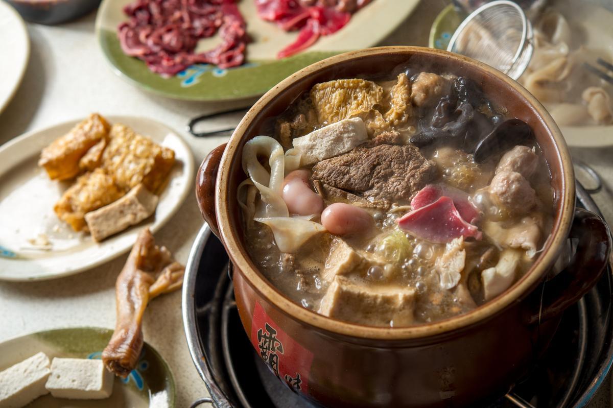 「雞弗」煮到7~8分熟時,外層繃彈,咬破時就會感受到綿密如豆腐的口感。(300元/份)