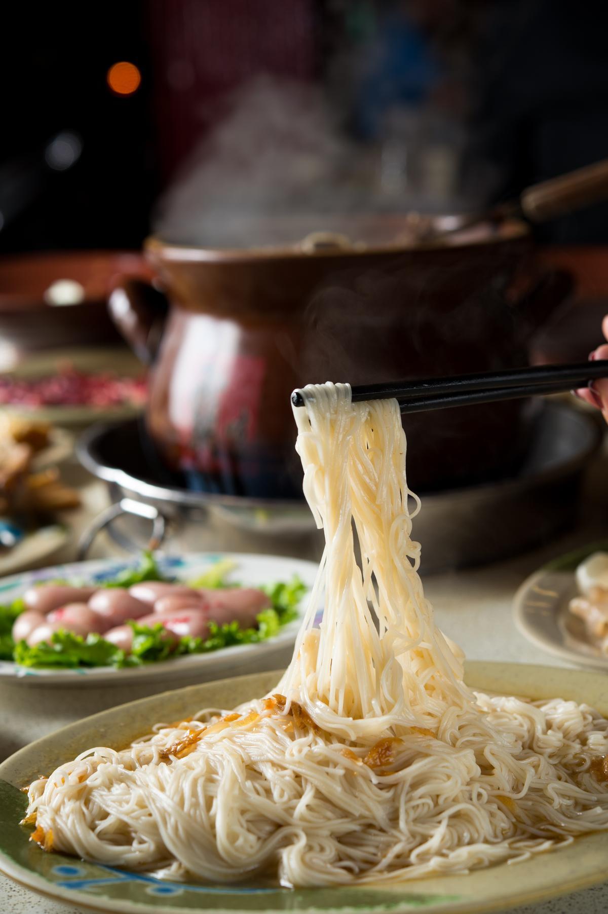 「麵線」拌入薑母鴨麻油湯汁及蔥酥,鹹香滑口。(30元/份)