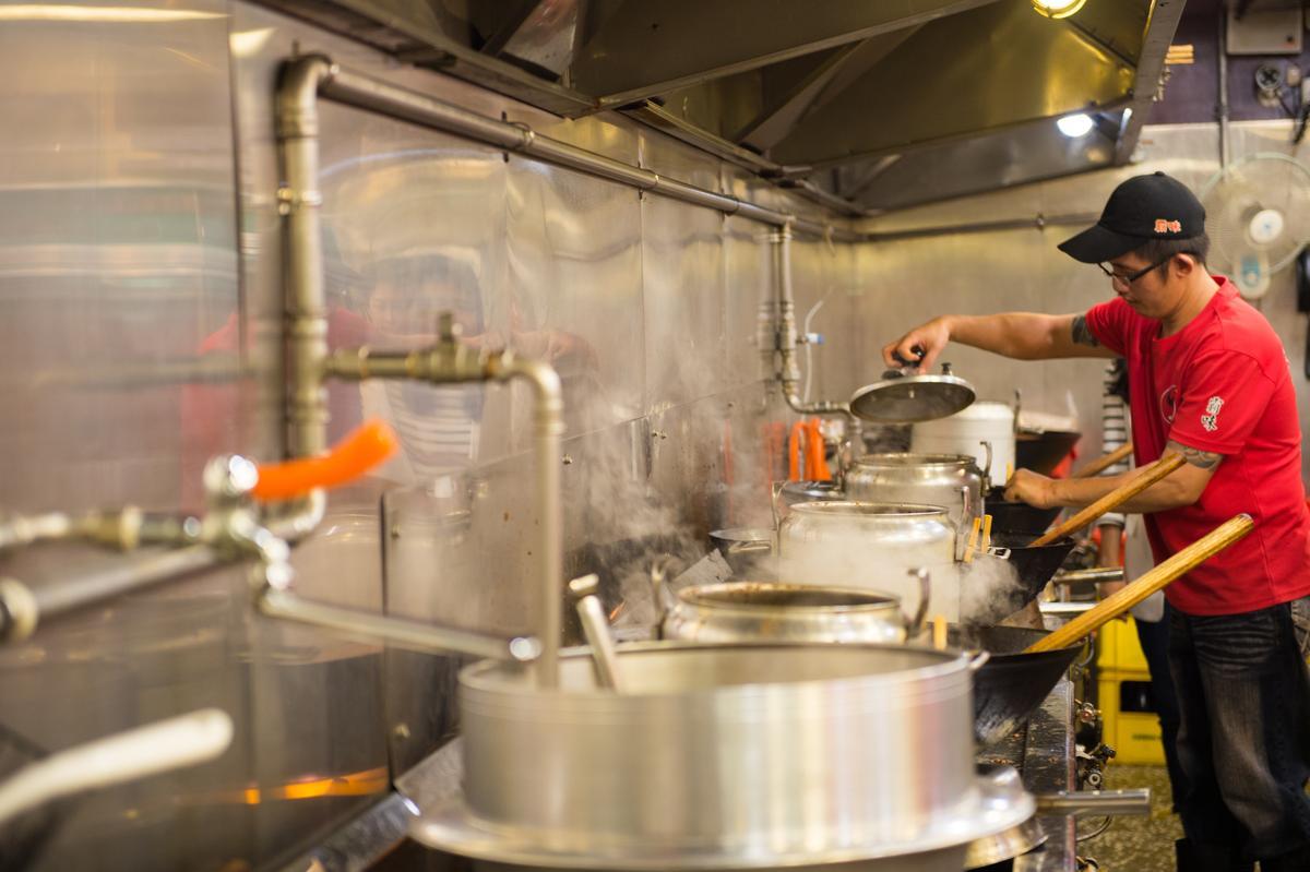 隆隆寒冬生意最好時,霸味薑母鴨三重總店一天可賣出1,000多隻薑母鴨。