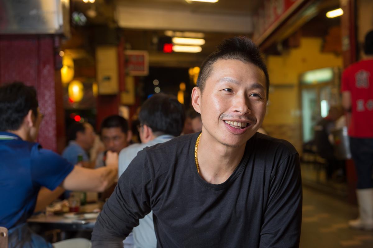 霸味薑母鴨三重總店店長高育生,15歲時就北上跟舅舅學習薑母鴨店的料理及營運,跟著家族親人一起打拚薑母鴨事業已經23年。