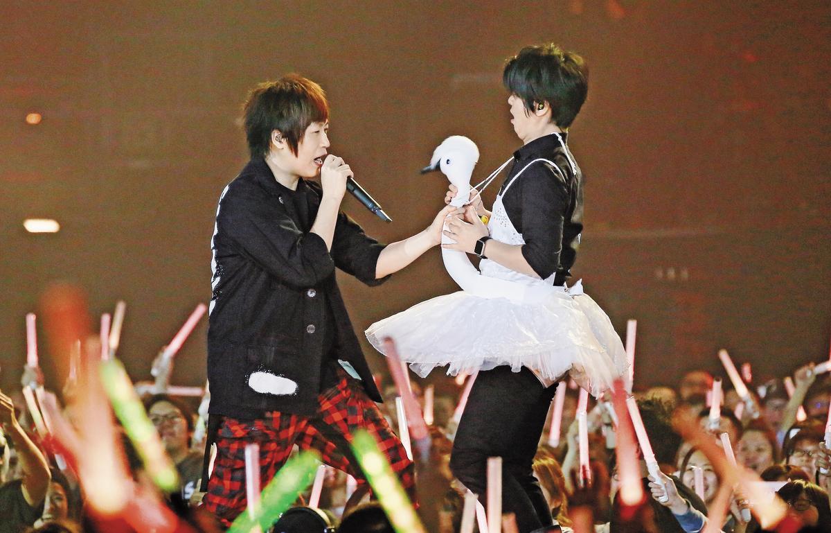 同場演唱會,五月天讓技師團的團長穿上天鵝裝,阿信一手握麥克風,一手握鵝頭,非常投入。