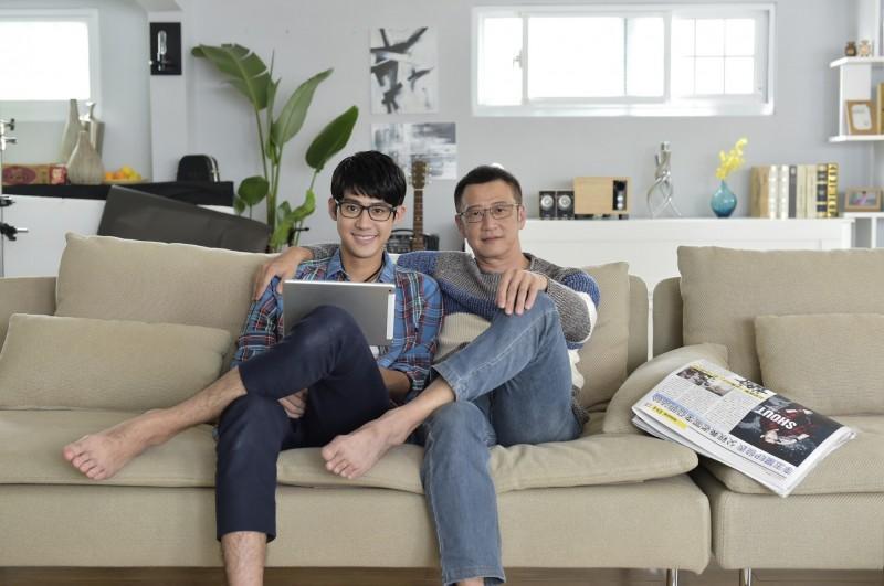 李玉璽和父親李亞明(右)感情融洽,還合體拍攝眼鏡廣告。(圖:小林眼鏡提供)