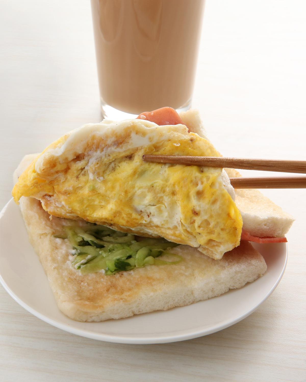 麥味登火腿蛋三明治各使用1片全麥與白吐司,加上大量生菜沙拉,最健康,榮登三明治品項第2名。(30元)