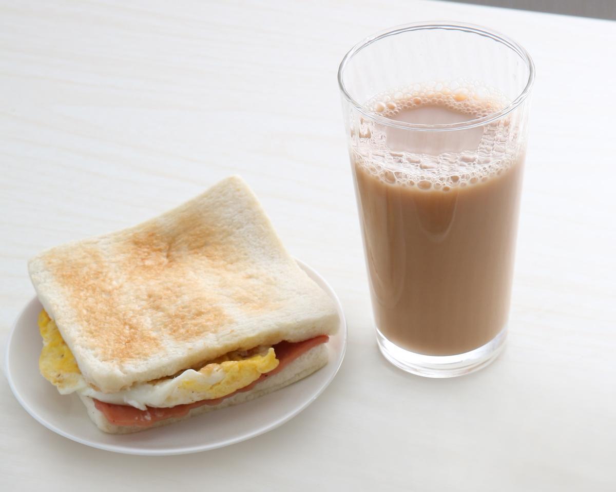 巨林美而美火腿蛋三明治夾小黃光絲,吃得到吐司焦香味。(25元)
