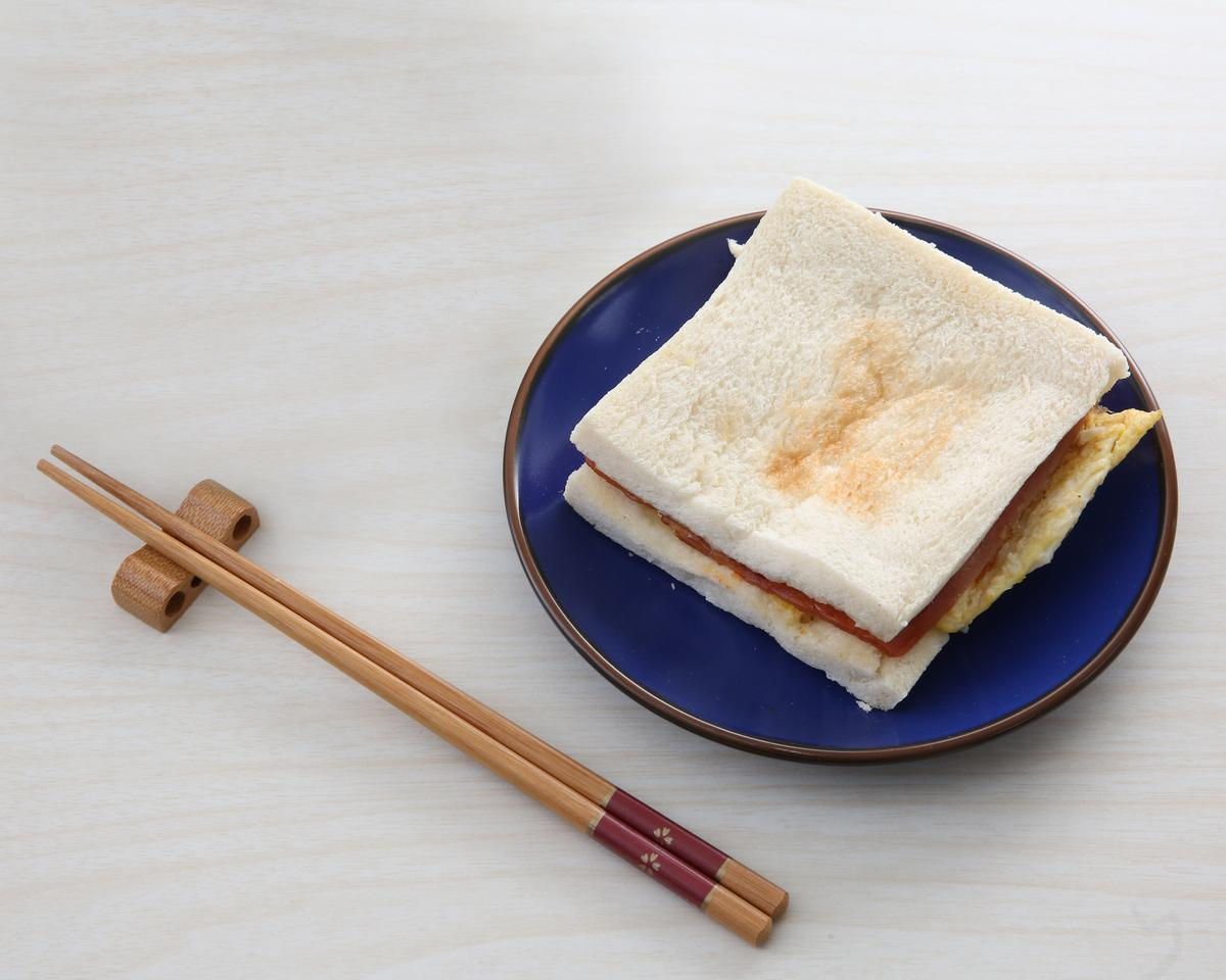 早安!美芝城火腿蛋三明治夾少許生菜絲,火腿薄,口味普通、偏乾,排名三明治品項第5名。(30元)