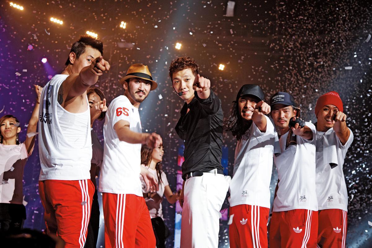 Rain(中)於2005年首次訪台連辦兩場演唱會,為站上台北 小巨蛋舞台的首位南韓藝人, 因製作內容精良,獲得好評。