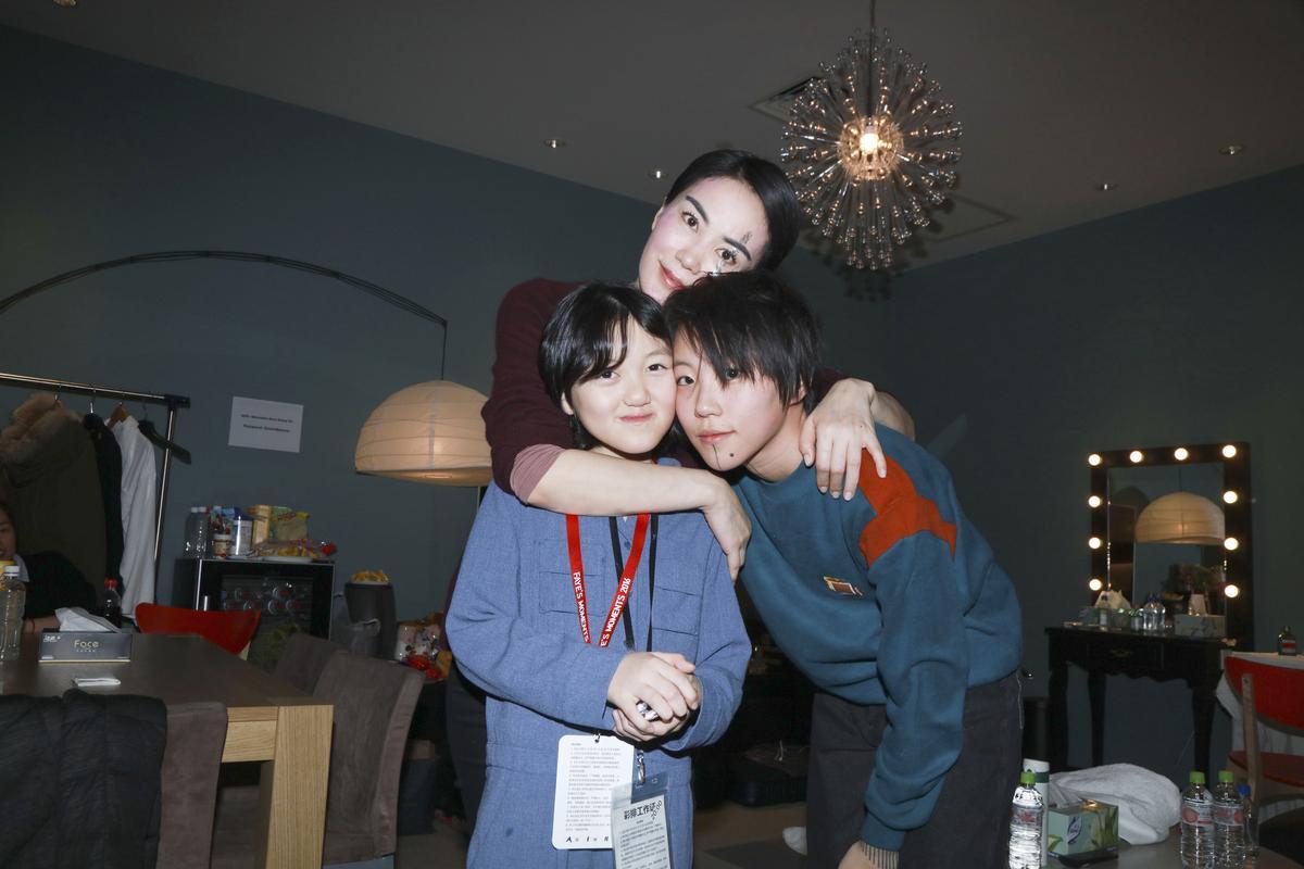 王菲與兩個女兒竇靖童(右)與李嫣(左)合照。