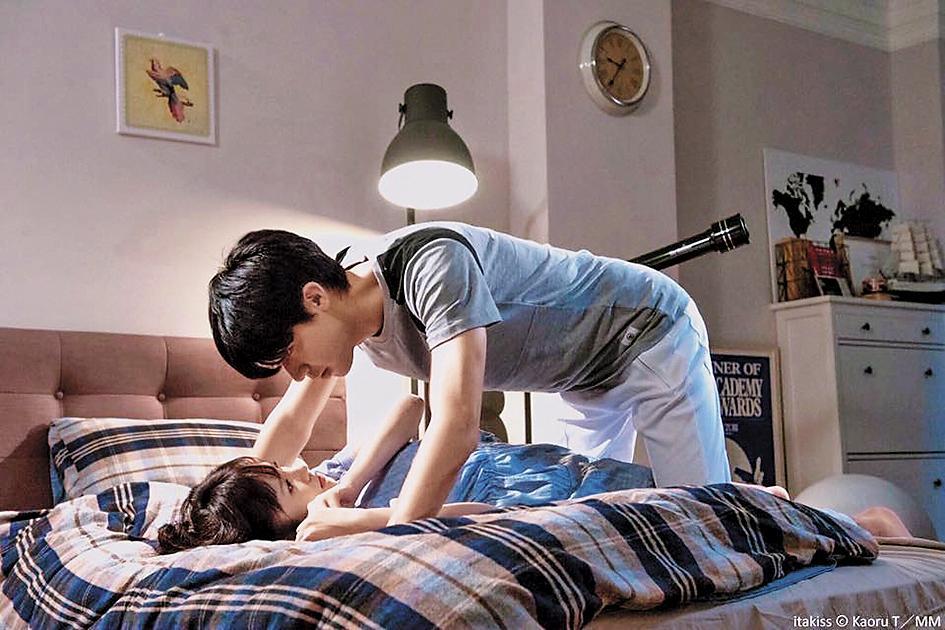 李玉璽(右)和吳心緹在《惡作劇之吻》中有「床咚」戲碼。(東森超視提供)