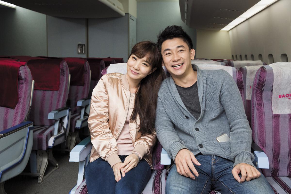 巫秀陽(右)和擔任空姐的女友孫可函(左),是《空姐》劇本的養分來源。兩人常在現場討論哏,也時常遇到想不出來的瓶頸,苦思許久。
