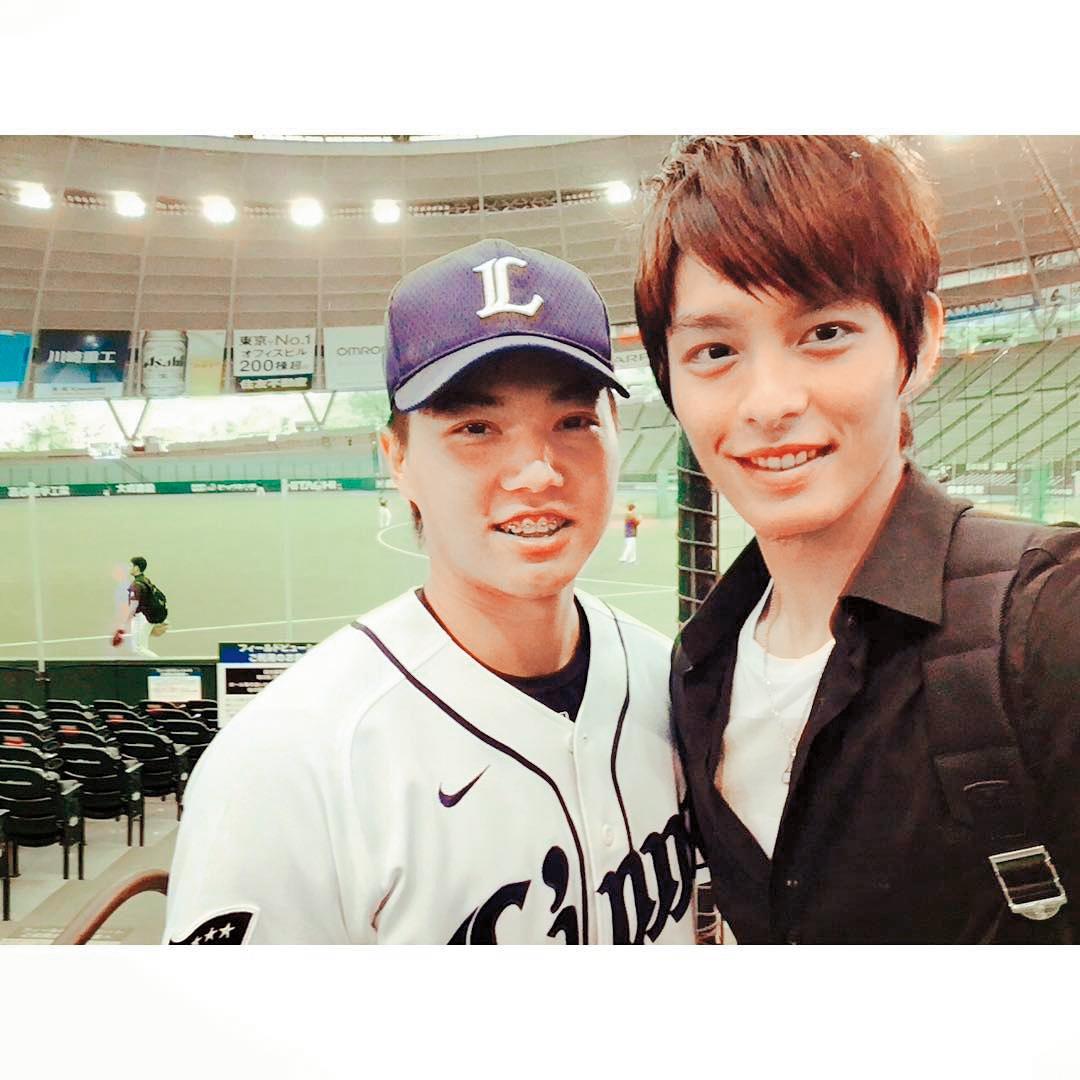 曹佑寧(右)曾為了要專心打棒球而暫離演藝圈,左為台灣旅日職棒球員郭俊麟。(翻攝自曹佑寧Instagram)