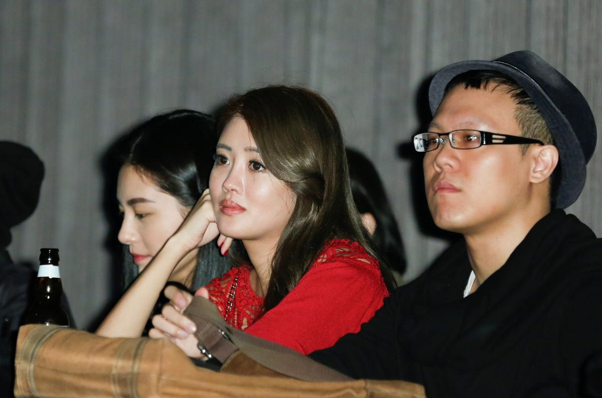賴琳恩在臉書上宣布已是人妻,與交往五年多的陳乃榮完婚。