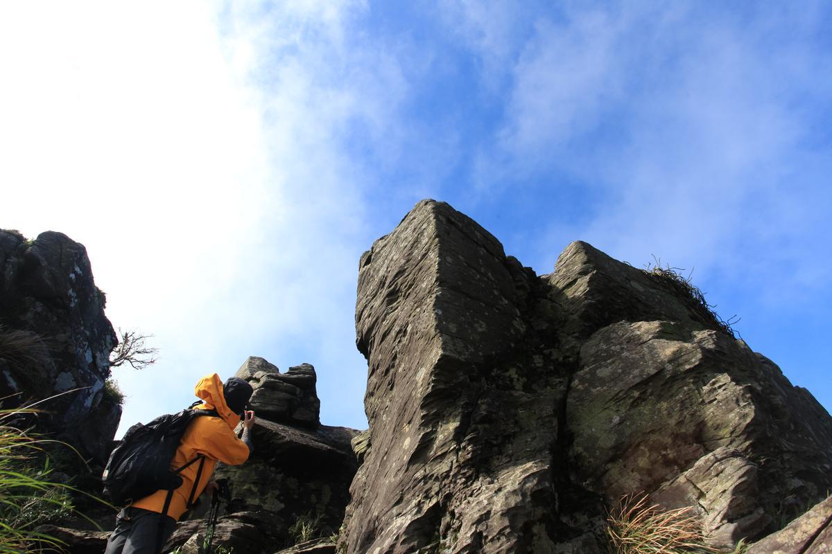 稜線上的巨岩,頗具氣勢。