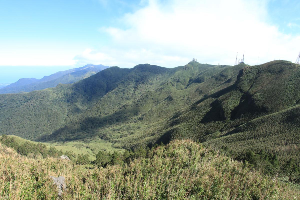 小觀音山圍繞的火山口,是台灣最大。