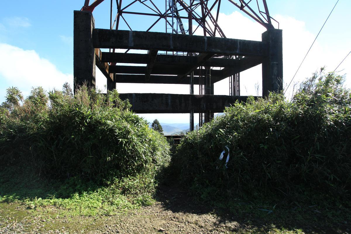 小觀音山主峰入口位在高塔之下。