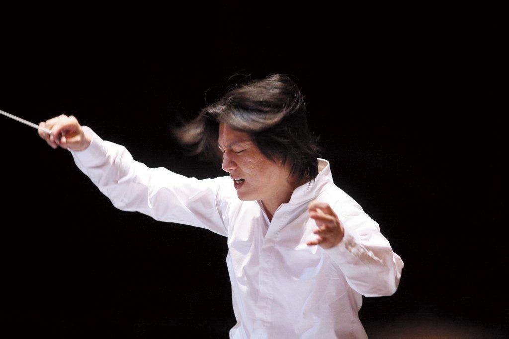 2008年溫以仁擔任台灣國樂團音樂總監時,在排練的模樣。(翻攝臉書)